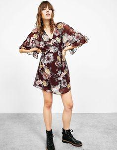 Sukienka ze wzorem w kwiaty i rękawem 3/4.  Odkryj to i wiele innych ubrań w Bershka w cotygodniowych nowościach