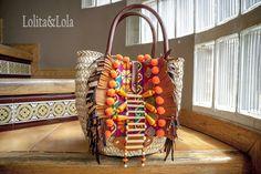 Bolso de mano sobre hoja de palma con cueo, tela étnica y apliques de madera. De Lolita&Lola