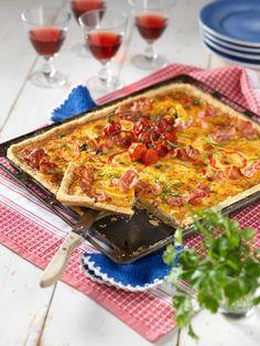 Bacon- och paprikapaj i långpanna Keto Recipes, Snack Recipes, Snacks, Kebab Wrap, Lasagna, Quiche, The Best, Food And Drink, Pizza