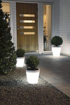 LED Krukke fra Konstsmide - Krukkene er laget i plast og har varmhvite LED pærer integrert  Høyde : 40 cm - Omkrets 37 cm - 6 meter tilførselsledning  LED pærer har en levetid på ca 50.000 timer     Frostsikre - Tåler inntil -30 grader