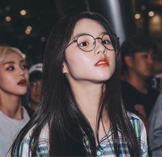 jeon heejin loona 190901 airport fashion glasses and flanell Kpop Girl Groups, Korean Girl Groups, Kpop Girls, Kpop Aesthetic, Aesthetic Girl, Eye Circles, Singing In The Rain, Olivia Hye, Airport Style