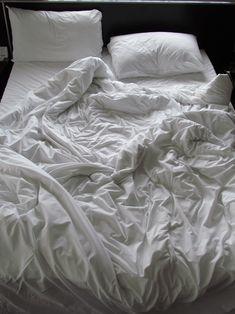 Cama bagunçada, depois de uma bela noite de sono...descanso de corpo e alma.