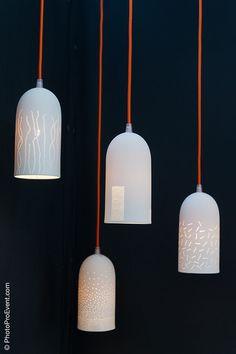 Jean-Marc a inventé ces abat-jours en porcelaine perforée ... ... associés à un cordon électrique recouvert de tissus, ils s'adpatent à n'importe quel intérieur ! Un autre exemple :