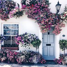 Amazing floral decoration for home exterior Exterior Design, Interior And Exterior, Beautiful Homes, Beautiful Places, Belle Photo, Planting Flowers, Flowers Garden, Beautiful Flowers, Prettiest Flowers