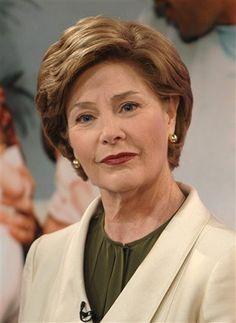 LAURA BUSH (1946- ), esposa del ex-Presidente de los Estados Unidos George W. Bush y la ex-Primera Dama (2001-enero de 2009 ) de los Estados Unidos. Obtuvo la Maestría en Bibliotecología en 1973 y trabajó en la biblioteca pública de Houston. Más tarde, también trabajó como bibliotecaria en la escuela primaria de Dawson hasta 1977