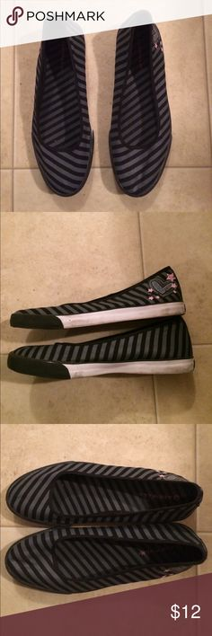 """$6 women's air walk striped flats Euc!✔The price in the beginning of the title of my listings is the bundle price. These prices are valid through the """"make an offer"""" feature after you create a bundle. These bundle orders must be over $15. Ask me about more details if interested.  ❌No trades ❌No holds Airwalk Shoes Flats & Loafers"""