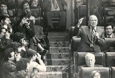 Carrillo se dirige al hemiciclo del Congreso de los Diputados. Todas las fotos: http://www.rtve.es/mediateca/fotos/20120918/vida-santiago-carrillo/82695.shtml