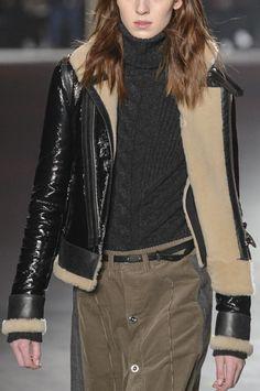 Perché il chiodo di pelle nera è il perfetto evergreen, anche per gli outfit invernali