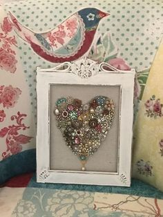 Vintage Jewelry Crafts create a pretty framed heart for valentines day using old jewelry - Do you have a bunch of old jewelry lying around your home? Why not create a pretty framed heart? Perfect for Valentines Day, but pretty enough to leave out ye… Small Jewelry Box, Heart Jewelry, Jewelry Art, Jewelry Frames, Jewlery, Jewellery Bracelets, Charm Bracelets, Glass Jewelry, Jewelry Ideas