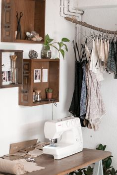 Ideas Home Office Studio Creative Workspace Display Sewing Room Design, Sewing Spaces, Sewing Studio, Small Sewing Rooms, Bureau D'art, Image Deco, Room Inspiration, Room Decor, Decoration