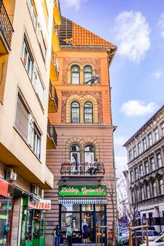 Come with me to wander around the Jewish Quarter, one of the most vibrant area of Budapest. Let's find the colorful murals and street art! Budapest City, Visit Budapest, Budapest Travel Guide, Quality Street, Travel Guides, Travel Tips, Travel Destinations, Time Travel, Travel Europe