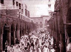 صورة نادرة  المسجد النبوي سنة ١٣٧٠هـ ، ١٩٥٠م جموع المصلين @Haramain_Pic تخرج من باب السلام بعد اداء الصلاة