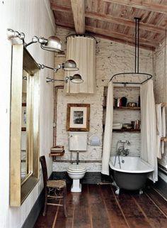 super schönes vintage bad - großer spiegel an der wand