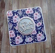 """Kartka ślubna z kolekcji """"Polne kwiaty""""...  Rozmiar kartki 13,5 x 13,5 cm. Kartka składana, wykonana na bazie w kolorze białym, w komplecie z kopertą w kolorze bazy oraz folią ochronną. Część ozdobną kartki tworzy ślubnie nieoczywista ;) feeria barw, przełamana odrobiną srebra. Jej wyjątkową misję podkreśla tekturowy wianek z ślubnym wnętrzem. Kropkę nad """"i"""" stawiają emaliowane, maleńkie serca. Wewnątrz kartki umieściłam dodatkową warstwę, będącą tłem życzeń. Scrapbooking, Wedding, Valentines Day Weddings, Scrapbooks, Weddings, Marriage, Memory Books, Scrapbook, Chartreuse Wedding"""