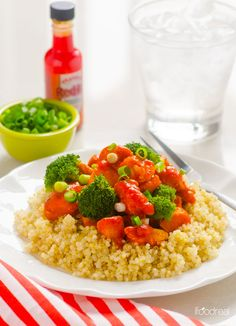 Buffalo Chicken and Broccoli Quinoa Recipe -- 5 ingredient and 20 minute clean dinner that tastes like the best takeout.
