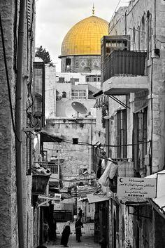 al aqsa//La mosquée al-Aqsa ou al-Aksa est la plus grande mosquée de Jérusalem. Elle a été construite au VIIᵉ siècle et fait partie, avec le Dôme du Rocher, d'un ensemble de bâtiments religieux construit sur ... Wikipédia