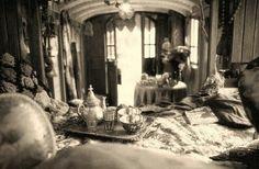 Fiori, tappeti, lanterne, candele, quadri e stoffe: non un angolo spento, non uno spazio senza vita.