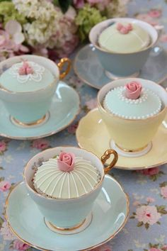 Tea Party Ideas Decadent cupcakes in vintage tea cups Cupcakes Decorados, Edible Wedding Favors, Wedding Centerpieces, Tall Centerpiece, Cupcake Display, Cupcake Holders, Afternoon Tea Parties, Vintage Party, Vintage Tea Parties
