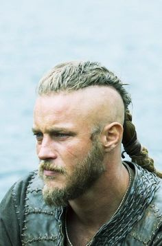 Happy Birthday to Travis Fimmel. #Ragnar #Vikings pic.twitter.com/7oMk98Huoq