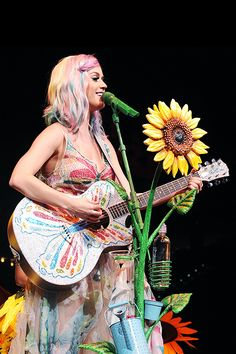 Katy Perry performs onstage during 'The Prismatic World Tour' at PNC Arena on June 2014 in Raleigh, North Carolina Katy Perry Kostüm, Katy Perry Lyrics, Katy Perry Photos, Disfraz Katy Perry, Lady Gaga, Katy Perry Wallpaper, Prismatic World Tour, Black Spiderman, Hollywood Actor
