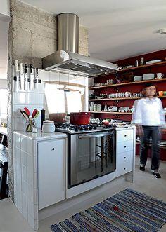 Para comandar uma caprichada refeição, o chef desta cozinha conta com uma ilha de apoio para seus utensílios domésticos