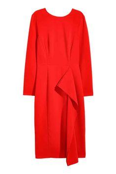 Vestido drapeado: Vestido en tejido resistente con ribetes sobrehilados. Modelo de manga larga con escote de pico en la espalda y tira transversal, costura en la cintura, falda drapeada, cremallera oculta y abertura detrás. Sin forrar.