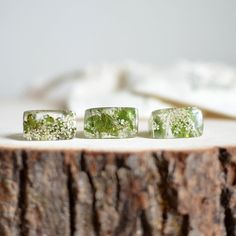 This resin ring holds real preserved maidenhair fern combined with white Queen Annes Lace flowers. Geometrical shape and embedded botanicals make