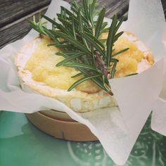 #easy #cheese ...also #justsimple zubereitet und sooo fein, der #ofencamembert, der mit #knoblauch und #honig verfeinert wird...frisches brot dazu und fertig ist ein wunderbarer #salzig #süßer #snack! #snackification #rules Ciabatta, Camembert Cheese, Dairy, Foodblogger, Melted Cheese, Food Dinners, Food Food, Simple, Garlic