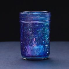 Get Moody With These DIY Galaxy Candle Jars is part of Mason Jar crafts Videos - Ooo la la Pot Mason Diy, Mason Jar Crafts, Diys With Mason Jars, Tinted Mason Jars, Diy Mason Jar Lights, Colored Mason Jars, Mason Jar Lanterns, Mason Jar Projects, Blue Mason Jars