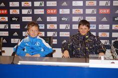 Zwei Freunde testen, wie es sich anfühlt ein Spieler zu sein. (Pressekonferenzraum) Red Bull, Boyfriends, Nice Asses