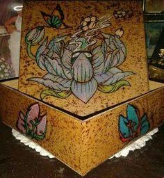 Lotus pirografada e pintada com lápis de cor Fabercasttel em caixinha de MDF de 15x15