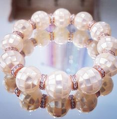 Bracelet en grandes perles de Nacre mosaïque crème aux reflets irisés avec des rondelles en argent toutes strassées pl. or rose. Un bijou signé Stéso Swarovski, Or Rose, Creations, Beaded Bracelets, Jewelry, Fashion, Crystal, Lens Flare, Mother Of Pearls