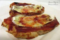 Tostada de jamón serrano, queso brie y mermelada de tomate