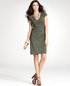 This simple and classic dress is great for a woman with a rectangle shape (balanced shoulders/bust and hips/seat). If you have matching Casual Chic Summer, Smart Casual, Dress Code Casual, Sarong Dress, Flattering Outfits, Executive Fashion, Smart Outfit, Complete Outfits, Skinny