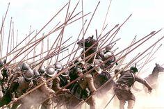 Los Tercios Españoles | Las grandes formaciones de los Tercios surgieron según la técnica bautizada por los españoles como «arte de escuadronar», y los tratados de la época están llenos de fórmulas y tablas para componer escuadrones de hasta 8000 hombres.