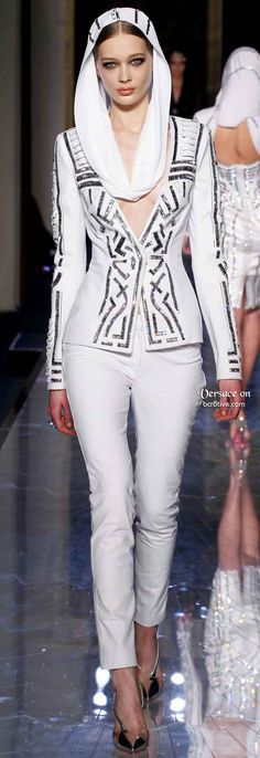 Atelier Versace Spring 2014 Haute Couture is such a welcome Spring Collection for all Haute Couture addicts. Many of us may never personally...