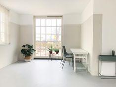 """Debbie on Instagram: """"De hele woonkamer heeft een colorblock van de kalkmatte histor Color collection scallop grey. De kleur loopt helemaal door tot de andere…"""" Dining Table, Bedroom, Grey, Furniture, Instagram, Home Decor, Colors, Room, Dining Room Table"""