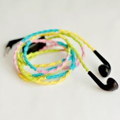 Learn how to make this colorful headphones, step by step tutorial! Super easy and you only need thread!