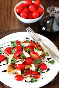 Chicken Caprese -- made easy with just 6 ingredients in about 20 minutes. From gimmesomeoven.com.