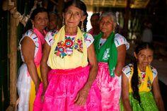 """arte textil totonaca bestday..Totonaca  Esta etnia indígena es rica en tradición del arte textil con algodón. Desde la época prehispánica, los totonacas enviaban enormes cantidades de la fibra en """"greña"""" a los valles centrales. Estos textiles eran elaborados con finas hiladuras que aparentan encaje y gasa.  La creatividad de las mujeres totonacas se expresó a través de de los colores, formas, texturas y técnicas plasmadas en la tela, mostrando la cosmogonía de la creación del mundo, el simbo"""