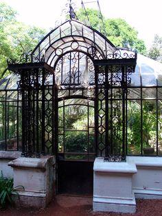 Una puerta en el Jardin Botanico, Barrio Palermo.-
