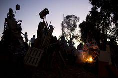 06.05 A Bnei Brak, près de Tel Aviv, en Israël, des Juifs ultra-orthodoxes se réunissent autour d'un feu de joie, à l'occasion de la fête du Lag Ba'omer.Photo: Keystone/AP/Oded Balilty