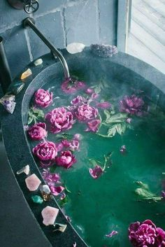 Meditation tips - bath with flowers and crystals to relax