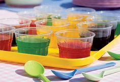 Para marcar o lugar de cada um na mesa de festa, barcos de papel com bandeirinhas no palito. Produção Luana Prade