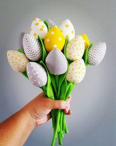 Bukiet składający się  z 13 tulipanów  W skład którego wchodzą ;  2szt białe w żółte kropki  2szt szaro biały zygzak 2szt szary gładki 2szt szary w białe kropki 2szt żółte w białe kropki... Raj