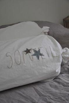 Voici une jolie idée de broderie  Pour rendre son lit plus acceuillant on peut aussi opter pour la taie d'oreiller en soie http://www.climsom.com/fra/taie-soie-anti-rides.php?codeoffer=Silkpillowcase&SCT=BAU&UNV=NBO