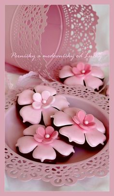 Flower Cookies - link is bad but the picture gives a great idea Fancy Cookies, Iced Cookies, Cute Cookies, Royal Icing Cookies, Cookies Et Biscuits, Sugar Cookies, Pink Cookies, Heart Cookies, Valentine Cookies