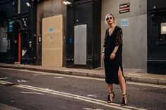 the große Schwarze | Fashion Blog from Germany / Modeblog aus Deutschland, Berlin. Black midi dress+black ankle strap heeled dress+black and brown shoulder bag. Summer night outfit 2016