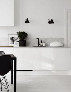 Zwarte keukenkraan. Mooi met het marmer en de zwarte lampen. #kranen #zwart