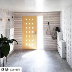 Råtøff gang hos @s.verden - er du ikke enig?  #swedoor #swedoorno #semindør #mindrømmedør #endørgjørforskjell #jegelskerdører #dør #ytterdør #interiør #innredning #inspirasjon #boligunivers #nybygg #renovering #oppussing #nyedører #boligmedstil #nordicliving #dørløsninger #dørunivers Garage Doors, Outdoor Decor, Room, Furniture, Design, Home Decor, Bedroom, Homemade Home Decor